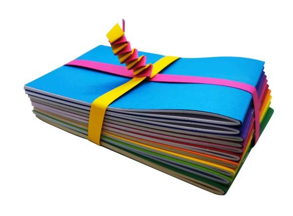 kleine Hefte in Regenbogenfarben